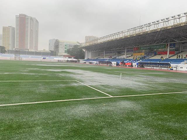 Sân  Rizal ngập nước. Ảnh: Trí Công