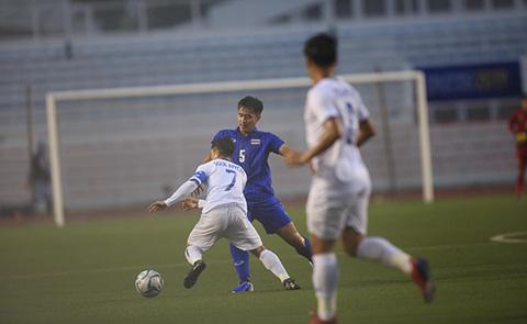 U22 Lào (áo trắng) đang chơi rất tốt trước U22 Thái Lan. Ảnh: Đức Cường