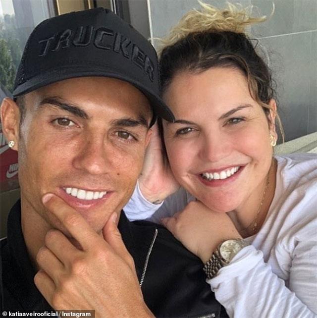 """Ronaldo chụp hình """"tự sướng"""" cùng chị gái"""