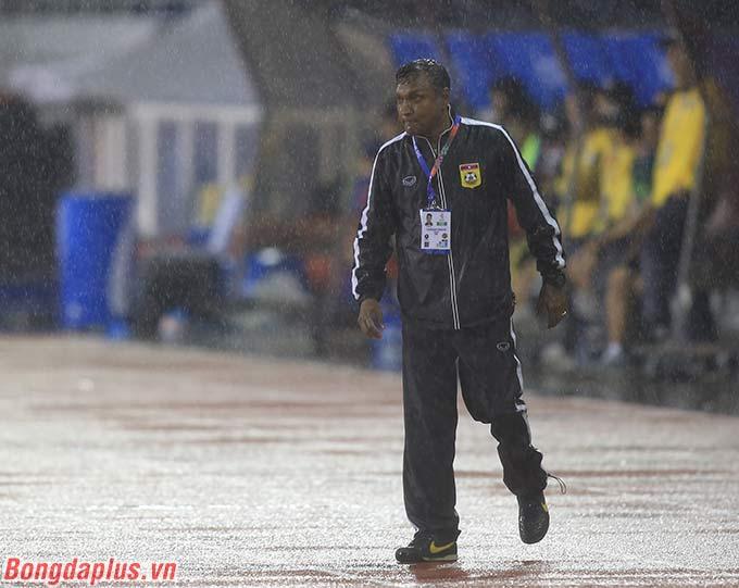 HLV của U22 Lào đội mưa, liên tục đến sát sân để chỉ đạo học trò của mình