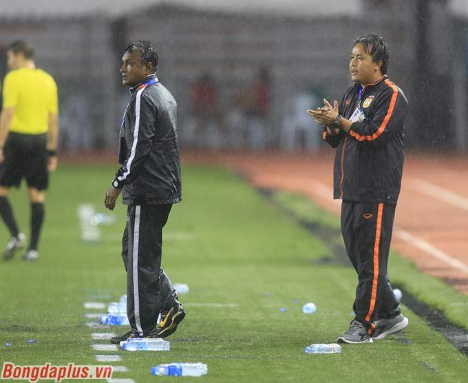 Trợ lý, HLV trưởng U22 Lào tích cực ra đốc thúc học trò. Họ đồng cảm với những gì mà cầu thủ phải trải qua