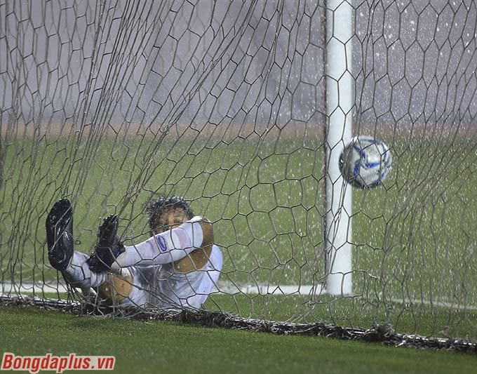 Rất may mắn là ở giai đoạn cuối, Suphanat ghi bàn may mắn vào lưới U22 Lào.