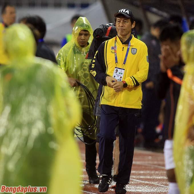 Đến lúc này, HLV Akira Nishino mới chịu rời khỏi cabin. Lúc này, sân Rizal đã tạnh mưa.