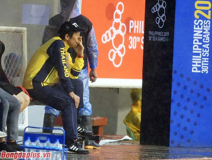 HLV Akira Nishino ngồi yên vị trong cabin huấn luyện