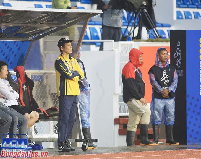 Hết ngồi thì HLV Nishino lại... đứng