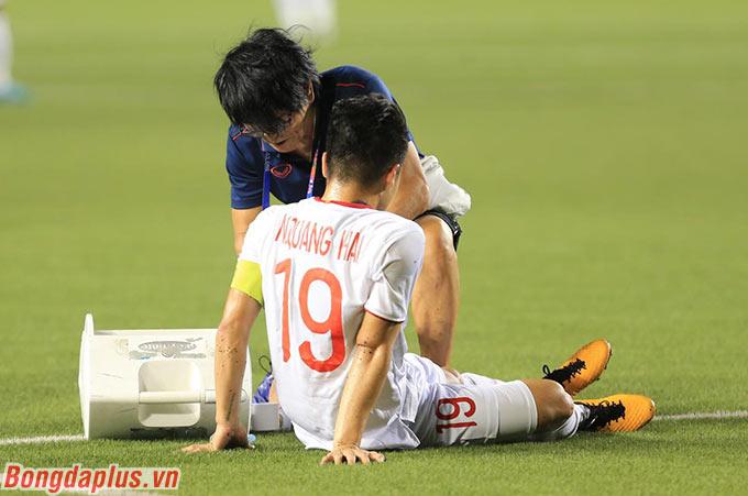Quang Hải cần được bác sỹ Choi Ju Young kiểm tra kỹ trong tối nay - Ảnh: Đức Cường