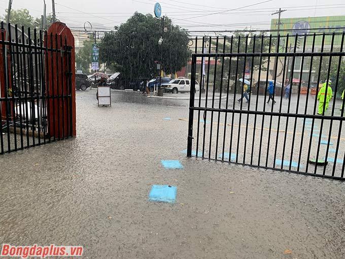 Từ cổng vào sân Rizal Memorial, hiện tượng ngập úng, nước cao hơn phần cổ chân đã diễn ra vì mưa lớn. BTC buộc phải đặt những bao tải để người hâm mộ, VĐV đi lên.