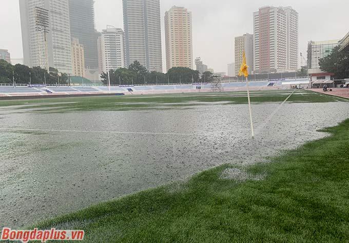 Sân Rizal Memorial ngập úng với rất nhiều vũng nước lớn và sâu do mưa gây ra.
