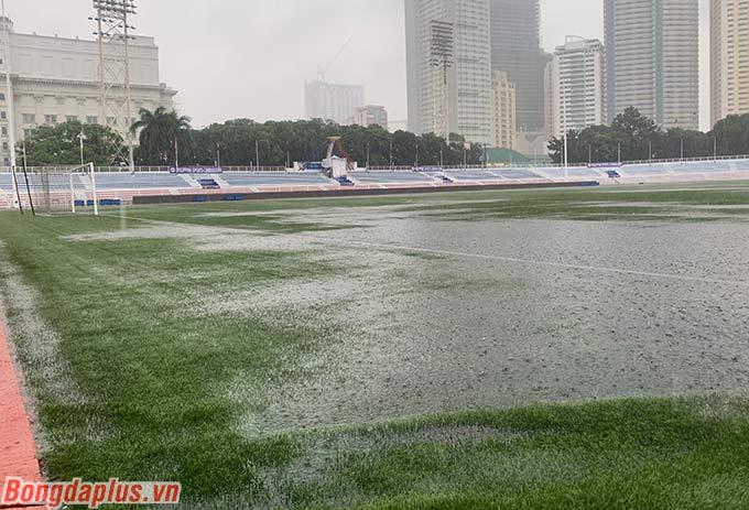 Sân cỏ nhân tạo Rizal Memorial đang ngập nước mưa - Ảnh: Tú Phạm
