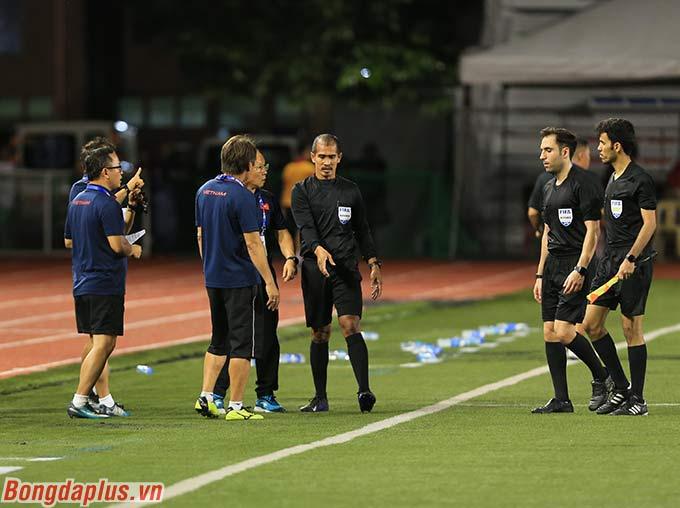 Hiệp 1 của trận đấu được bù giờ 1 phút. U22 Việt Nam được hưởng quả đá phạt góc bên cánh phải ở thời gian đá bù giờ. Nhưng khi mà Việt Hưng định thực hiện quả đá phạt thì bất ngờ trọng tài Ammar cắt còi kết thúc hiệp đấu.