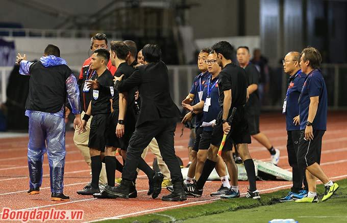 Việc trọng tài Ammar không cho U22 Việt Nam đá phạt góc mà vội kết thúc hiệp 1 khiến cho các cầu thủ U22 Việt Nam không khỏi bức xúc. Họ lập tức khiếu nại với trọng tài chính và bày tỏ sự không hài lòng.