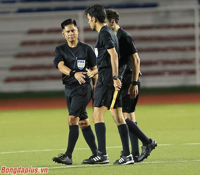Không chỉ cầu thủ U22 Việt Nam, HLV Park Hang Seo cùng các trợ lý cũng bức xúc trước hành động của trọng tài Ammar. HLV Park Hang Seo ở lại sân một hồi lâu để khiếu nại.