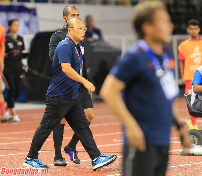 Ông Park bày tỏ sự không hài lòng khi U22 Việt Nam mất đi một cơ hội có thể chuyển hóa thành bàn mở tỷ số. Sau hiệp 1, U22 Việt Nam hòa 0-0 U22 Singapore.