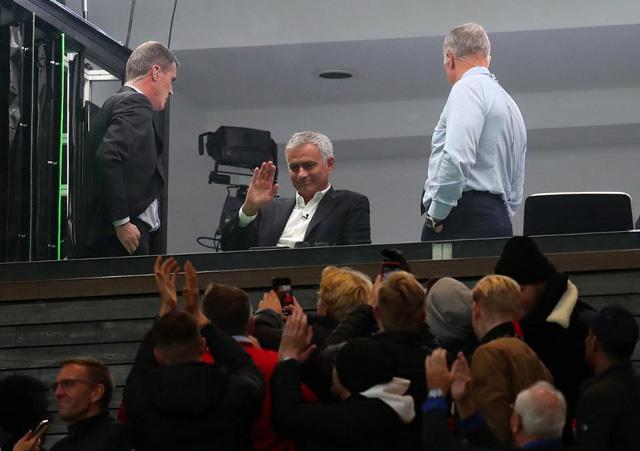 Mourinho được fan M.U chào đón