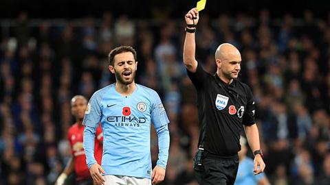 CĐV Man City phẫn nộ vì trọng tài ở gần Old Trafford bắt derby Manchester