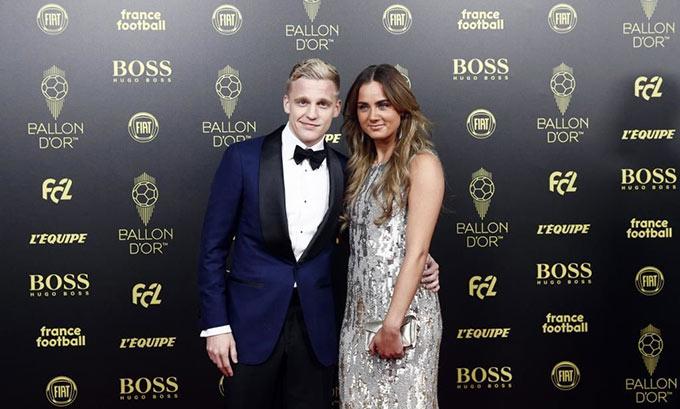 Tiền vệ thuộc biên chế Ajax Donny van de Beek xúng xính bên bạn gái Estelle Deborah Bergkamp