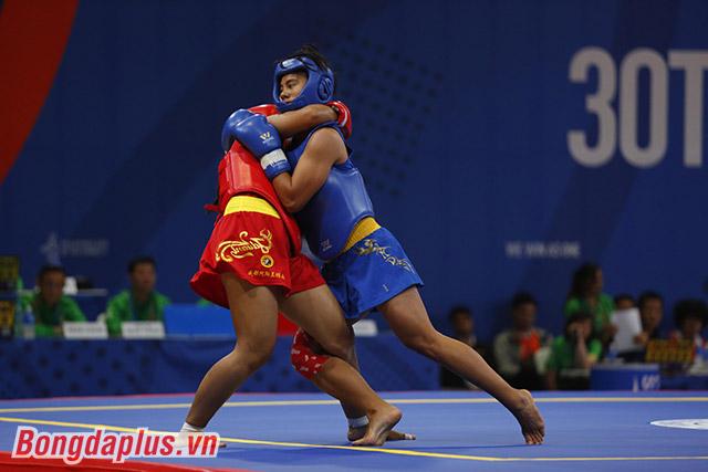 Nguyễn Thị Trang (giáp xanh) giành HCV ở chung kết nội dung tán thủ 65kg nữ. Ảnh: Đức Cường