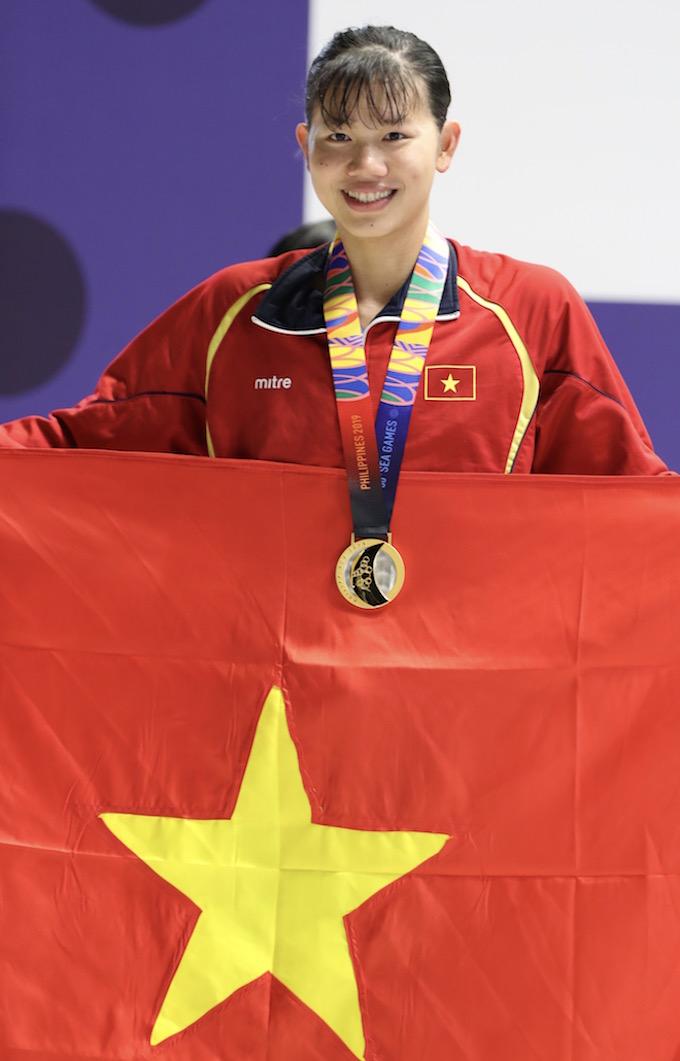 Nụ cười rạng rỡ của Ánh Viên khi giành chiếc HCV đầu tiên ở SEA Games 30. Ảnh: Quang Liêm