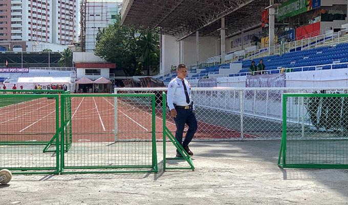 Một ngày sau chiến thắng nhọc nhằn trước U22 Lào, U22 Thái Lan có buổi tập nhẹ thả lỏng lúc 11h00 trưa (giờ Philippines) tại sân Rizal Memorial. Dù chỉ là buổi tập thả lỏng nhưng HLV Akira Nishino vẫn có quyết định đầy bất ngờ khi cấm cửa truyền thông Việt Nam đến tác nghiệp