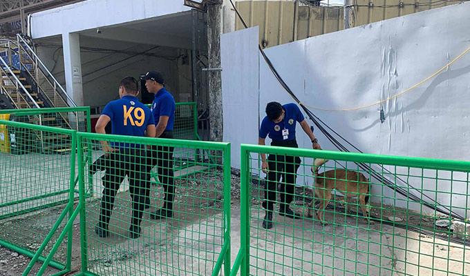 U22 Thái Lan cho thấy sự cẩn trọng khi cử vài cán bộ an ninh của BTC đứng ngoài ngăn cản phóng viên Việt Nam vào trong sân
