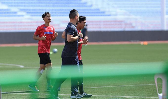 2 cầu thủ Thái Lan phải tập ở ngoài sân do dính chấn thương nhẹ