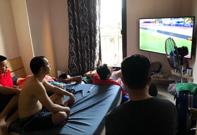 Các phóng viên Việt Nam hiệp 1 trận đấu ở phòng trọ. Ảnh: Tuấn Thành