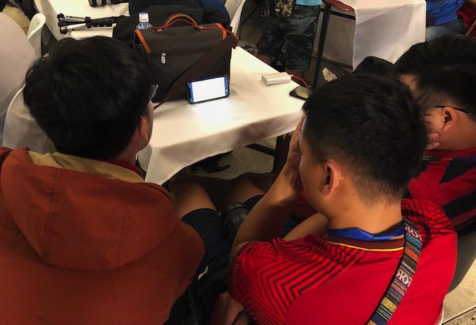 Chiếc điện thoại cũng thu hút rất đông phóng viên theo dõi trận đấu. Ảnh: Tuấn Thành