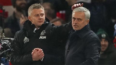 HLV Mourinho nói gì khi bị Solskjaer xoa đầu sau trận Tottenham thua M.U?
