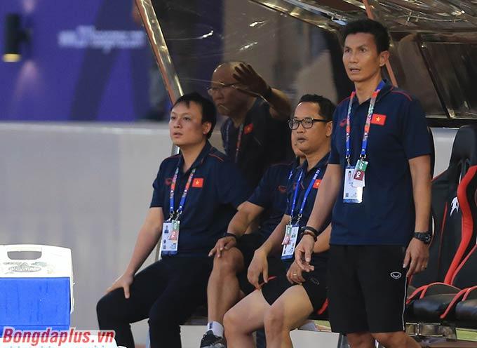 HLV Park Hang Seo đi vòng ra sau cabin, ngó nhìn Tấn Sinh sút phạt đền trước cầu môn U22 Thái Lan.