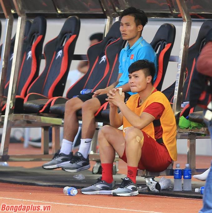 Trong khi đó đội trưởng Nguyễn Quang Hải chắp tay cầu nguyện mong U22 Việt Nam gỡ hòa thành công.