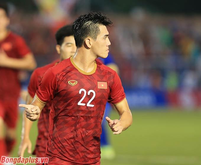 Mong mỏi của Quang Hải thành hiện thực khi Tiến Linh ghi bàn trên chấm phạt đền, gỡ hòa 2-2 cho U22 Việt Nam trước U22 Thái Lan