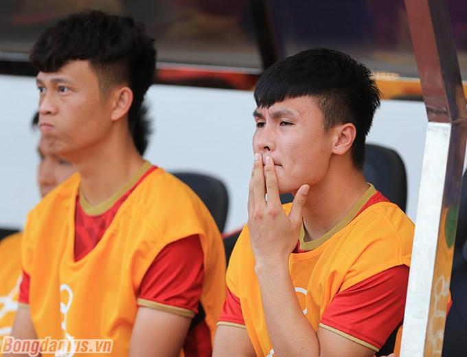 Trở lại với phần đầu trận đấu, Quang Hải được đăng ký trong danh sách thi đấu nhưng không thể góp mặt vì bị rách cơ đùi sau chân trái.