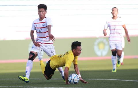 Malaysia (áo vàng) thua sốc Campuchia 1-3 ở trận đấu cuối vòng bảng và bị loại sớm khỏi SEA Games 30