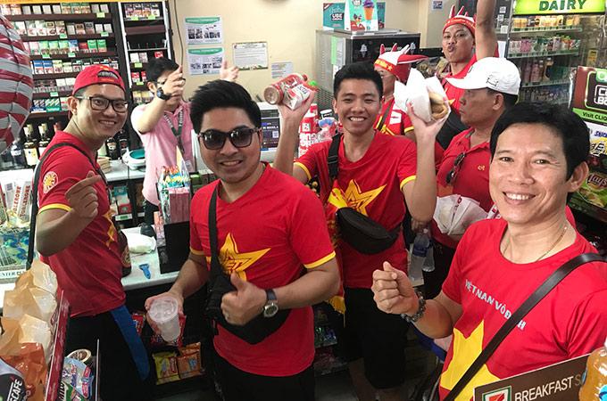 """Từ 13h00 (giờ địa phương), hàng nghìn CĐV Việt Nam đã đổ bộ về sân Binan để chuẩn bị tiếp sức cho U22 Việt Nam chạm trán Thái Lan ở lượt trận cuối bảng B bóng đá nam và ĐT nữ Việt Nam đối đầu với Philippines ở bán kết bóng đá nữ SEA Games 30. Trước khi vào sân, các CĐV đã phải vào một siêu thị ở bên ngoài để mua đồ ăn, nước uống """"chống đói"""" cho cả ngày xem bóng đá"""