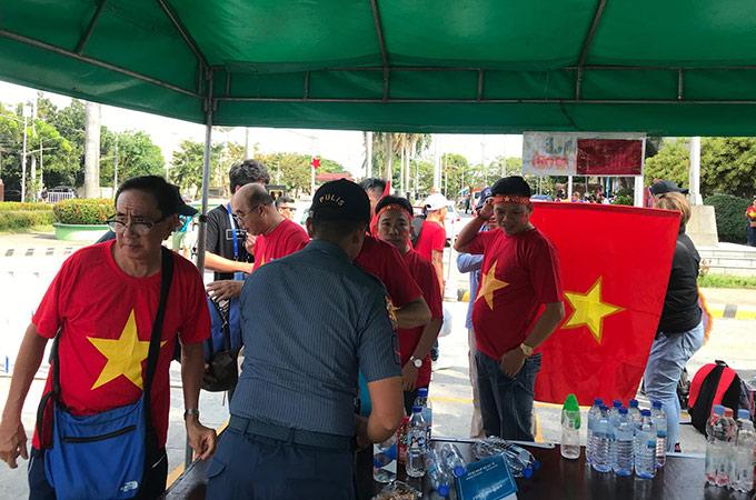 BTC sân Binan kiểm tra an ninh gắt gao trước khi các CĐV vào bên trong sân