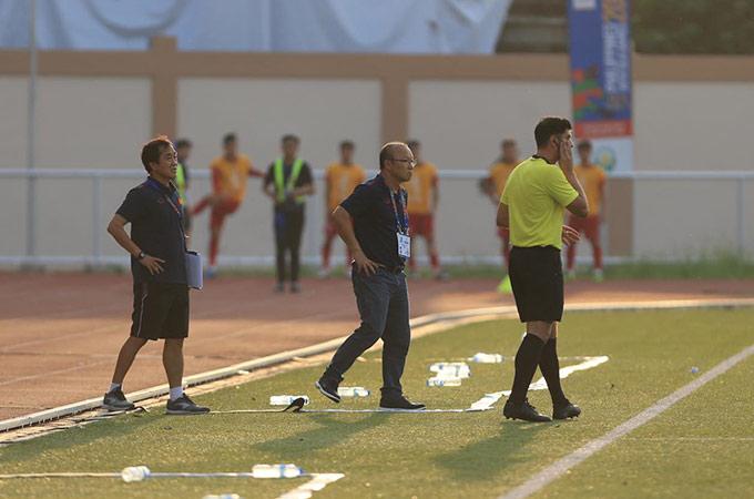 Trọng tài Ismaeel chỉ phạt hậu vệ Thái Lan một chiếc thẻ vàng, cho Việt Nam được hưởng quả đá phạt sát vòng cấm. Tuy nhiên, quyết định này của vị Vua áo đen đã vấp phải sự phản ứng dữ dội của BHL U22 Việt Nam. Trong đó, trợ lý Lee là người gay gắt nhất.