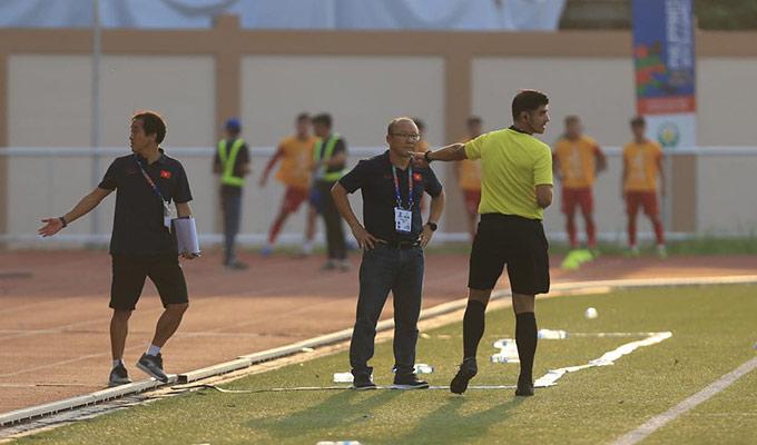 Trọng tài Ismaeel thiếu chút nữa đưa ra thẻ phạt nhầm với trợ lý ngôn ngữ Lê Huy Khoa.