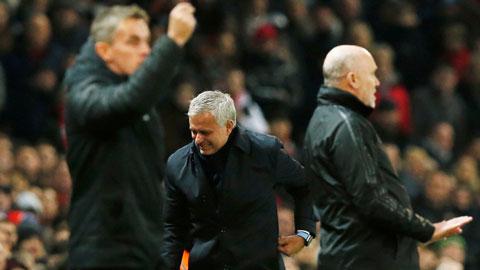 Mourinho chấn thương ngoài đường piste vì... di chuyển lơ ngơ