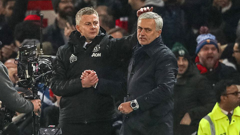 Solskjaer gây sốt bằng hành động lạ đối với Mourinho