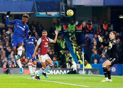 Abraham (bìa trái) trong pha ghi bàn mở tỷ số ở trận thắng 2-1 trước Aston Villa