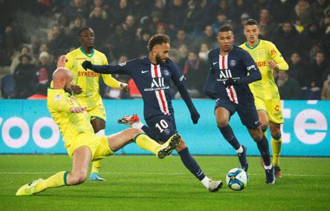 PSG (áo sẫm) chưa thể hiện được phong độ vốn có trước Nantes