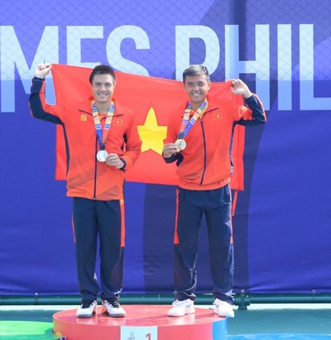 Daniel Cao Nguyễn và Hoàng Nam trên bục nhận huy chương - Ảnh: Đức Cường