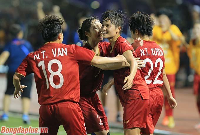 Niềm vui của ĐT nữ Việt Nam sau khi có bàn mở tỷ số.