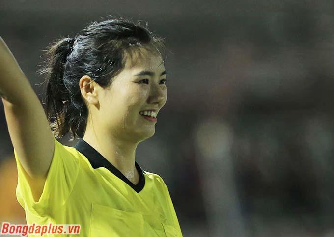 Sự công tâm từ phía nữ trợ lý trọng tài 30 tuổi góp công phần giúp ĐT nữ Việt Nam tự tin và có thêm 1 bàn thắng nữa, qua đó giành quyền vào chung kết môn bóng đá nữ với kết quả chung cuộc 2-0 trước ĐT nữ Philippines. Đáng chú ý, nữ trợ lý này mới chỉ được tác nghiệp quốc tế bắt đầu từ năm 2019.