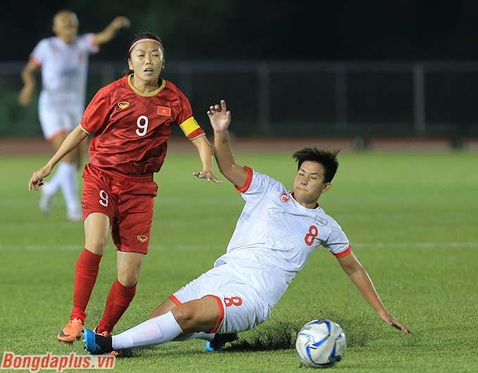 Trở lại với trận bán kết giữa ĐT nữ Việt Nam và ĐT nữ Philippines, Huỳnh Như và các đồng đội dù có nhiều cơ hội nhưng không thể có bàn thắng mở tỷ số trong hiệp 1.