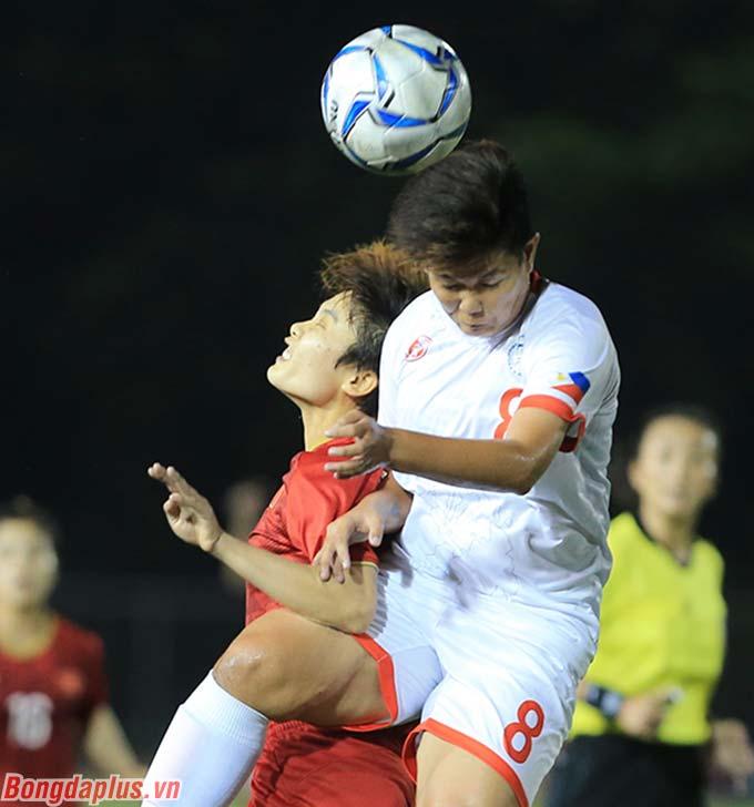 Các cầu thủ Philippines chủ trương chơi bóng dài nhằm tạo ra sự khó khăn cho các cầu thủ nữ Việt Nam vốn có tầm vóc khiêm tốn.