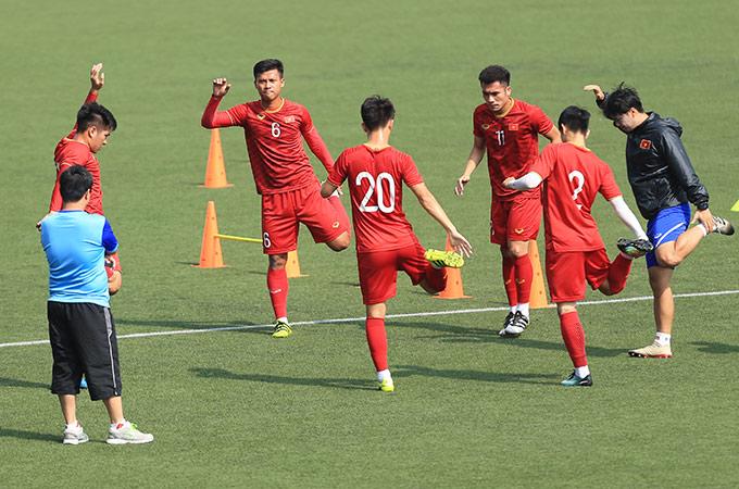 HLV Park Hang Seo cho các cầu thủ thi đấu ở trận Thái Lan đi bộ nhẹ thả lỏng quanh sân, trong khi nhóm không ra sân phút nào thì tập với các trợ lý