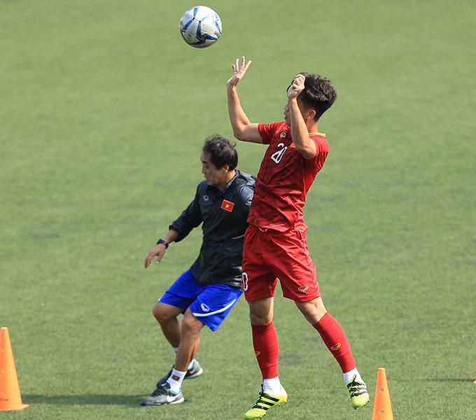 Tiền vệ Trần Thanh Sơn tích cực tập luyện để tìm cơ hội ra sân trong trận gặp Campuchia sắp tới
