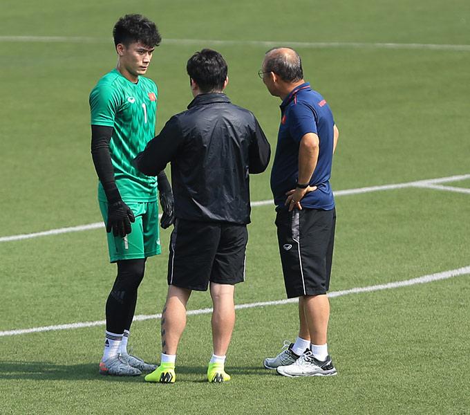 Trong buổi tập này, HLV Park Hang Seo đã gọi riêng Bùi Tiến Dũng ra một góc để trò chuyện. Thủ thành gốc xứ Thanh mắc sai lầm trong trận thắng Indonesia và không được bắt trong 2 trận gần đây gặp Singapore và Thái Lan