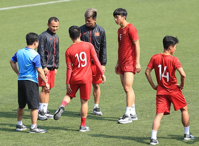 Tiền vệ Quang Hải dù chấn thương những vẫn ra sân đi bộ nhẹ cùng toàn đội. Dù không thi đấu nhưng Quang Hải cũng được đăng ký vào danh sách dự bị ở trận gặp Thái Lan